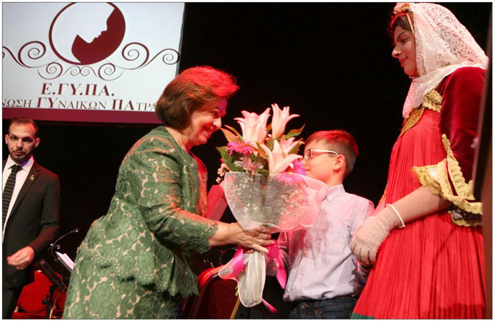 Λίγα λουλούδια για την Πριγκίπισσα από τον μικρό Ανδρέα Καράβολα::::A few flowers for the Princess by the junior Andreas Karavolas