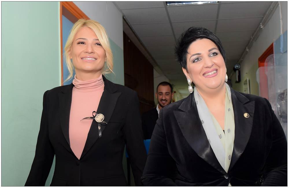 Φαίη Σκορδά, Άννα Μαρία Ρογδάκη στους διαδρόμους του Καραμανδανείου ::::Faye Skorda, Anna Maria Rogdaki inside Kramandanio corridors