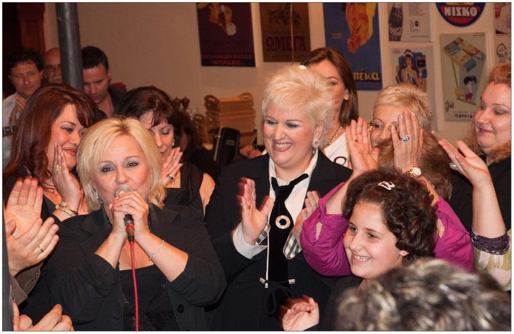 Ένα τραγούδι για την Ένωση Γυναικών Πάτρας στο κλείσιμο της εκπομπής::::A song for the Patras Women Union at the close of the show