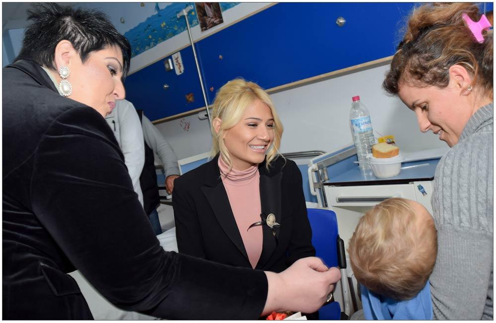 Η Φαίη ήταν πολύ γλυκιά με όλα τα παιδιά ::::Faye was too kind with all the children