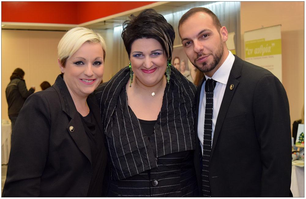 Η Άννα Μαρία Ρογδάκη ανάμεσα στον Γιώργο Παπαδημητρακόπουλο και την αδελφή του Αντωνία::::Anna Maria Rogdaki between Giorgo Ppadimitrakopoulo and his sister Antonia