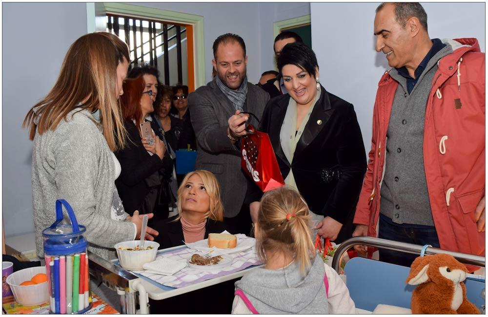 Την ώρα του φαγητού κάναμε έκπληξη σε μία μικρή ασθενή::::During Lunch time we made a surprise to a young patient