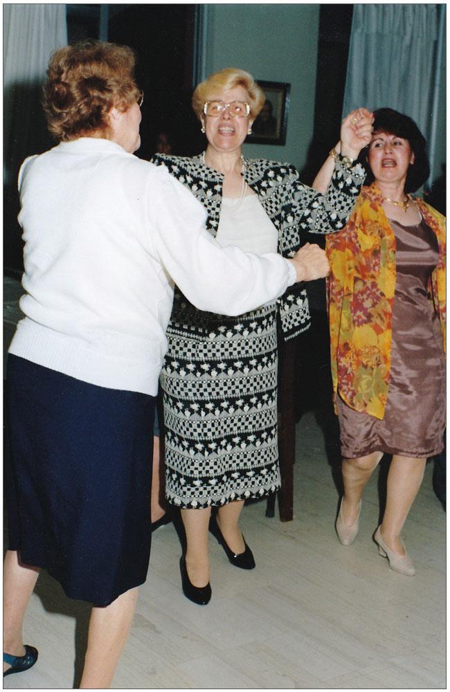 """Μία γιαγιά """"σέρνει""""τον χορό και η Πρόεδρος χορεύει μαζί της, κοντά τους η Ρεγγίνα Δερματίνου::::A grandmother is head of the dance and the President dances with her, next tot hem is Reggina Dermatinou"""