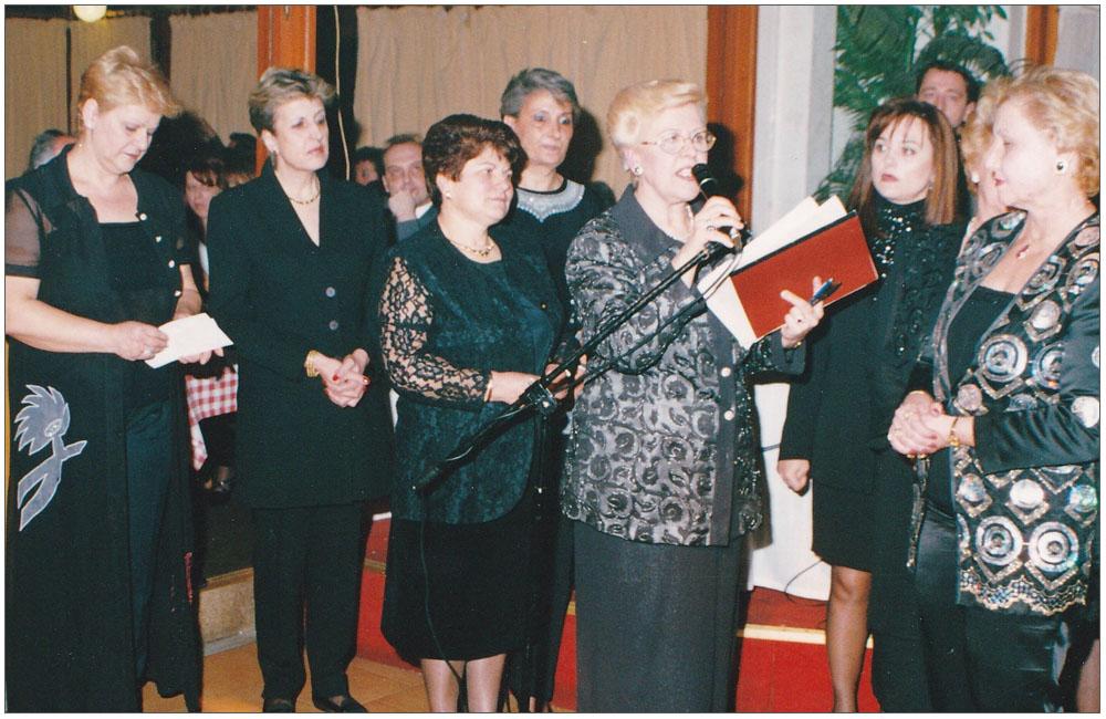 Τασία Κρικέτου, Ελένη Καράμπελα, Μάντω Μαρμαρά, Κούλα Ρογδάκη, Χριστίνα Λαμπροπούλου, Τασία Μανωλοπούλου, Ντίνα Αγαλιώτη, Μαρία Τσακαλή, Φωτεινή Μπουσίου, Μαύρα Βλαχάκη::::Tasia Kriketou, Eleni Karampela,Manto Marmara,Koula Rogdaki,Christina Labropoulou, Tasia Manolopoulou, Dina Agalioti, Maria Tsakali, Foteini Bousiou,Mavra Vlahaki