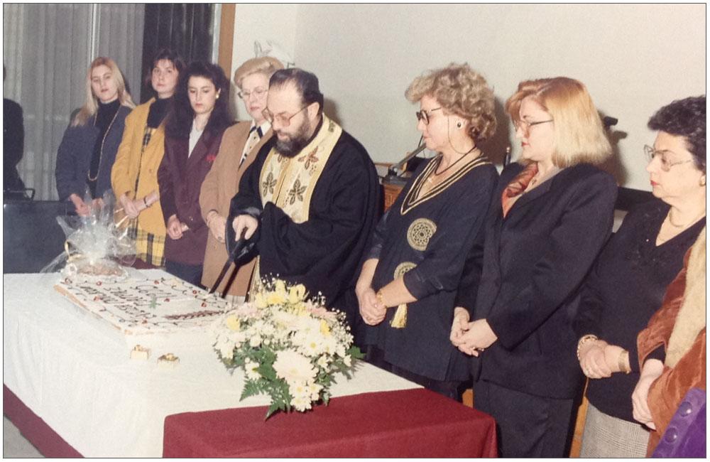 Ο Πρωτοπρεσβύτερος π. Νικόλαος Σκιαδαρέσης κόβει την πίτα:::: Father Nikolaos Skiadaresis cuts the pie