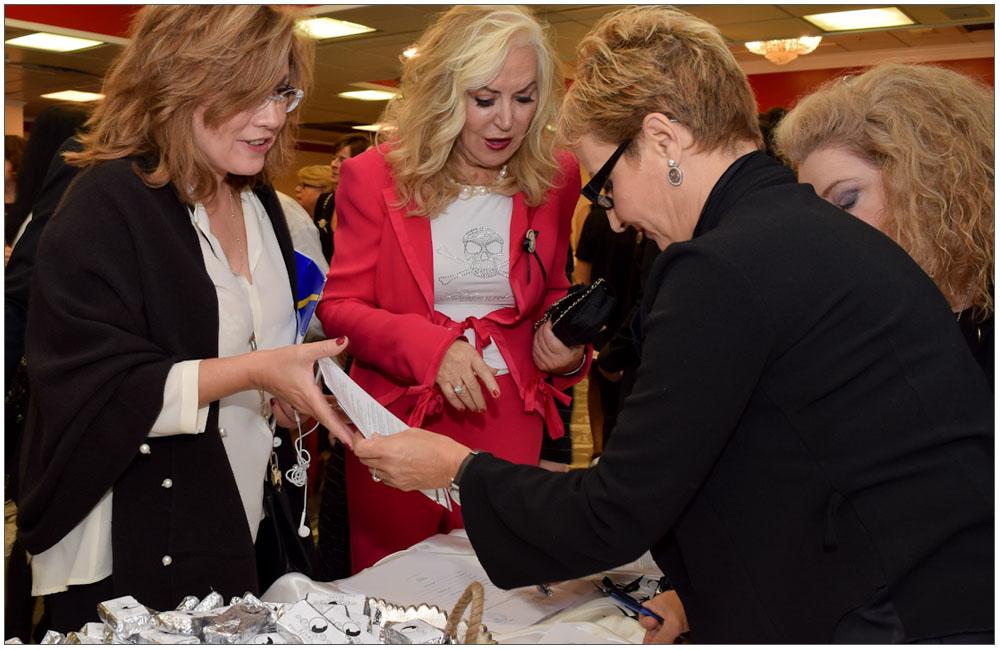 Η Ευρωβουλευτής κα Μαρία Σπυράκη αλλά και η κα Ρία Πρίνου εγγράφονται στην Ένωση Γυναικών Πάτρας::::The Europarliament member mrs. Maria Spyraki and mrs. Ria Prinou subscribing in Patras Women Union