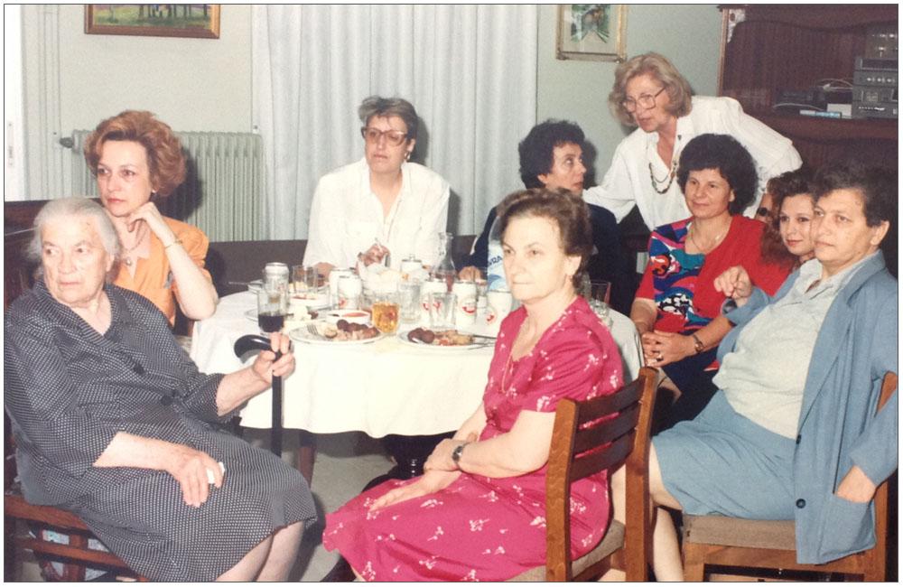 Η μητέρα της Προέδρου Ελένη Ταμπάκη (αριστερά), η αδελφή της Βασιλική Παυλοπούλου, η Τασία Κρικέτου, η Άννα Σπηλιωτακάρα Ρηγοπούλου μαζί με άλλες κυρίες::::President's mother Helen Tampaki(Left), her sister Vasiliki Pavlopoulou, Tasia Kriketou, Anna Spiliotakara Rigopoulou with other ladies